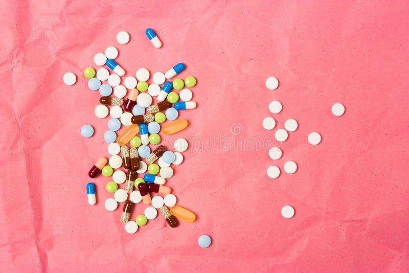 Zwei Handvoll der zerstreuten Drogen, der Tabletten und der Kapseln stockfotografie