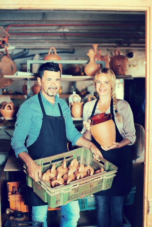 Zwei Handwerker, die Keramik haben lizenzfreie stockbilder