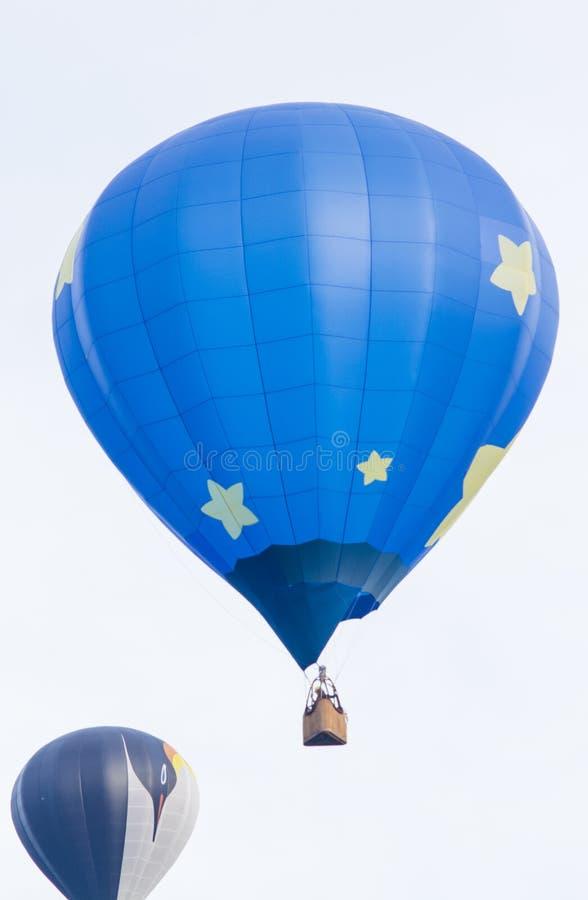 Zwei Heißluftballone, die frühen Morgen fliegen lizenzfreies stockfoto