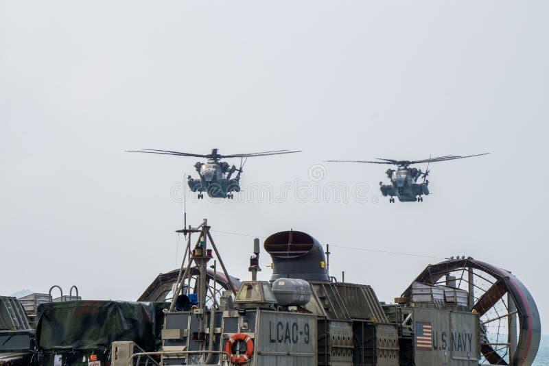 Zwei Hengstschweraufzug-Transporthubschrauber des Meerch-53 US n lizenzfreies stockbild