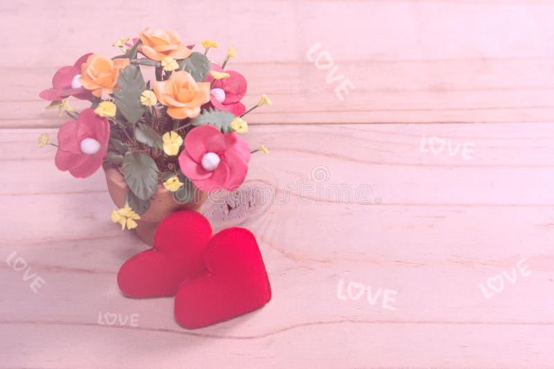 Zwei Herz-förmig mit Blume auf Holz lizenzfreie stockfotografie