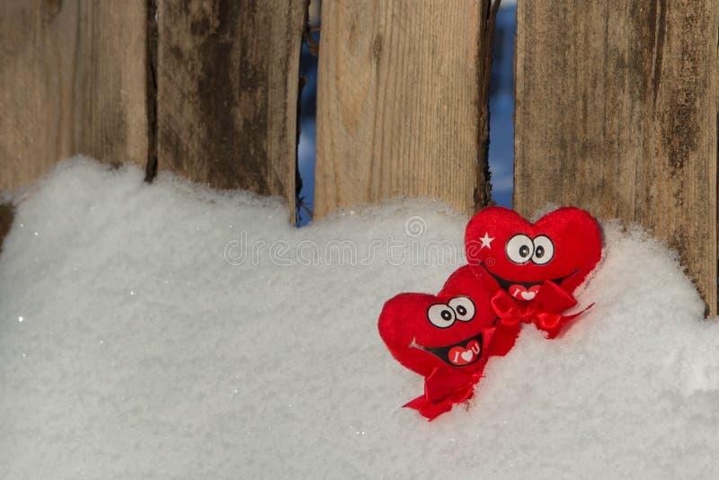 Zwei Herzen auf dem Schnee stockfotos