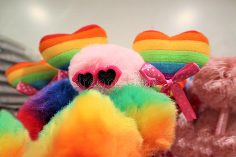 Zwei Herzen der Farbe der homosexuellen Flagge auf einem mehrfarbigen Hintergrund LGBT-Konzept Minderheitssex lizenzfreies stockbild