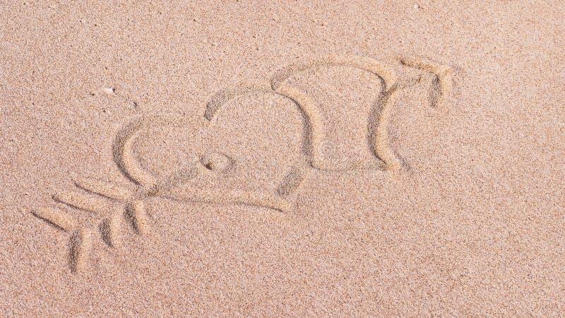 Zwei Herzen und Pfeil, wir Herz es, gezeichnet auf Sand auf dem Strand, Bali, Indonesien lizenzfreie stockfotografie