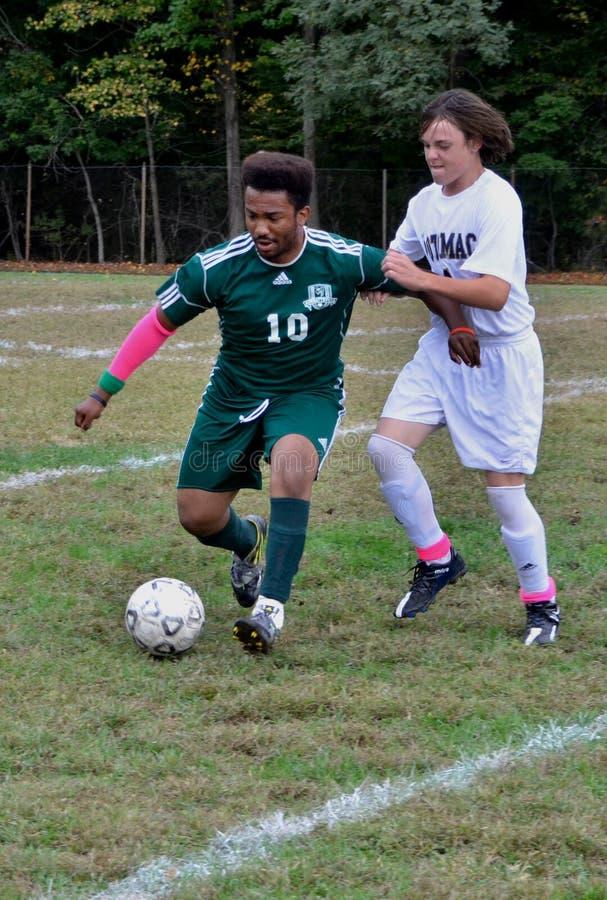 Zwei High School Spieler, die Fußball spielen stockfotos
