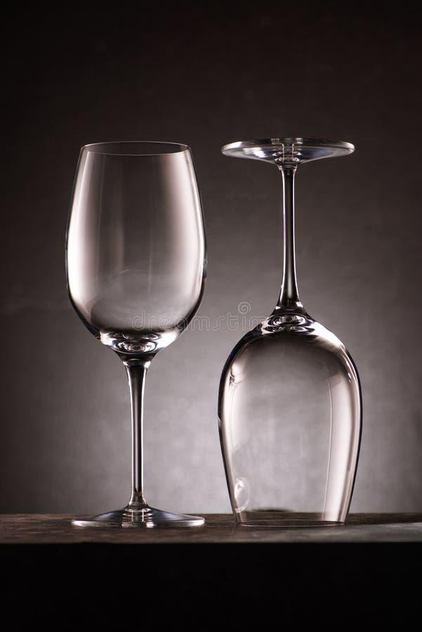 zwei hoben leere Weingläser auf lizenzfreie stockfotografie