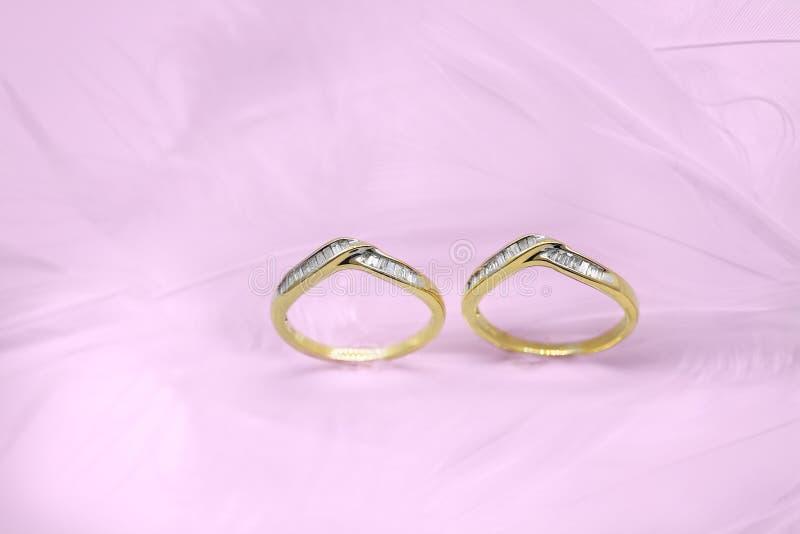 Zwei Hochzeits-Bänder auf einem rosa Hintergrund lizenzfreies stockfoto