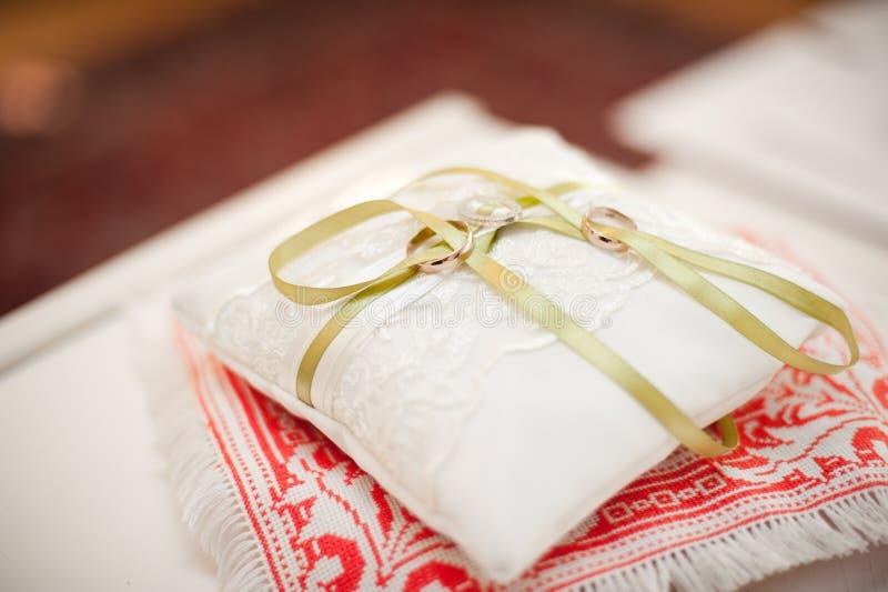 Zwei Hochzeitsringe auf dem Kissen lizenzfreie stockfotografie