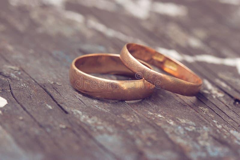 Zwei Hochzeitsringe sind Gold stockbilder