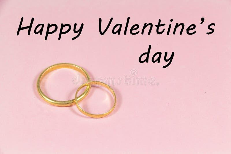 Zwei Hochzeitsringe und glücklicher Valentinstag lizenzfreie stockfotos