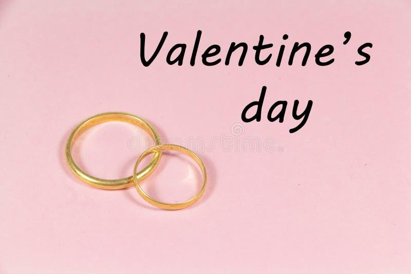 Zwei Hochzeitsringe und Valentinstag lizenzfreie stockfotos