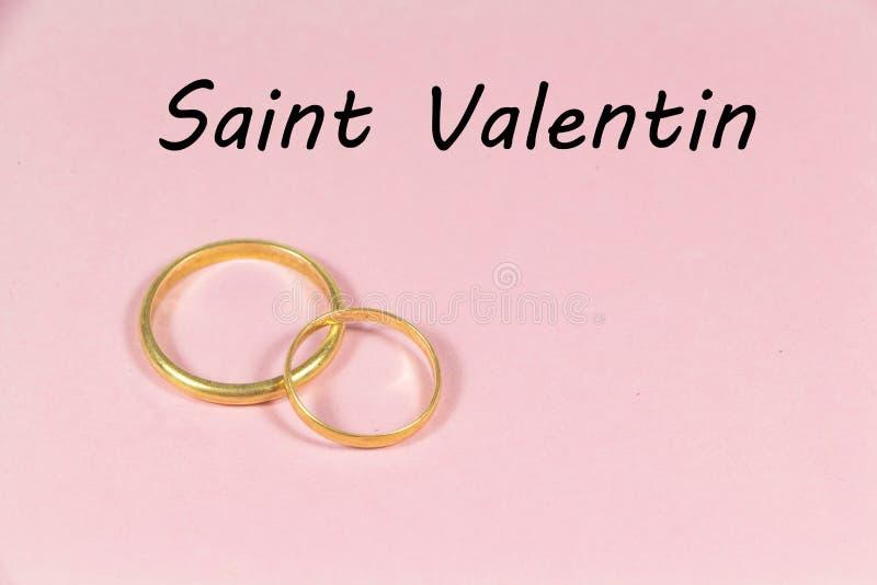 Zwei Hochzeitsringe und Valentinstag lizenzfreies stockfoto