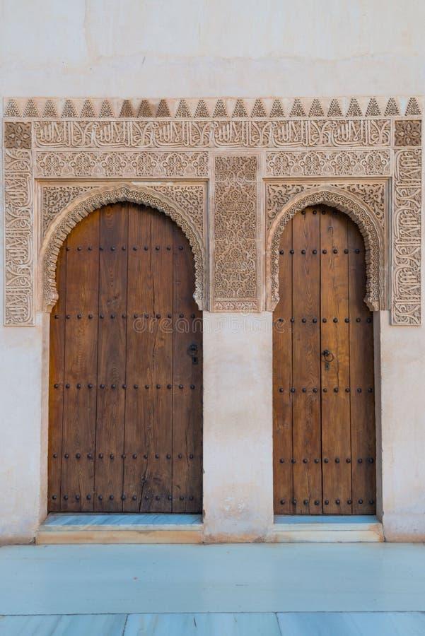Zwei Holztüren in Nasrid-Palästen, Alhambra, Granada lizenzfreies stockbild