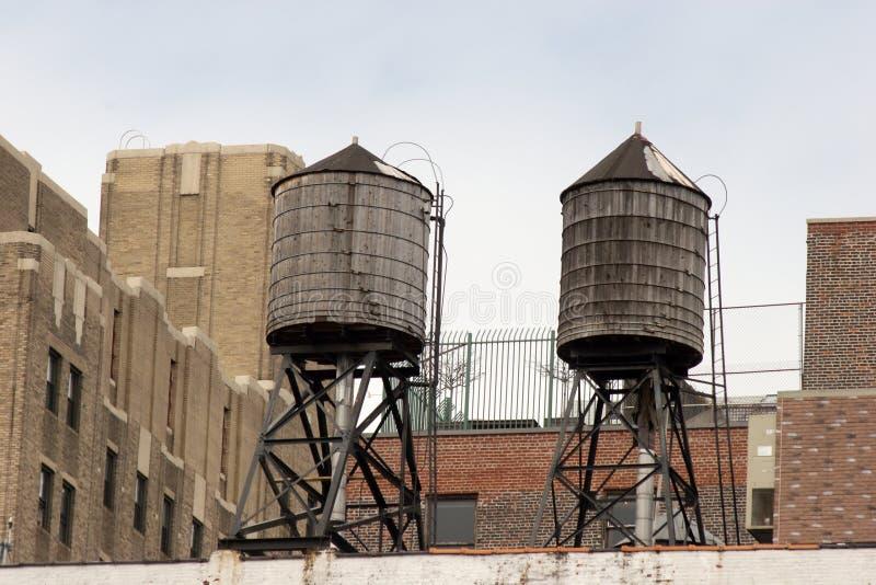 Zwei im altem Stil hölzerne Wasserbehälter auf Dachspitze, Greenwich Village stockfotografie