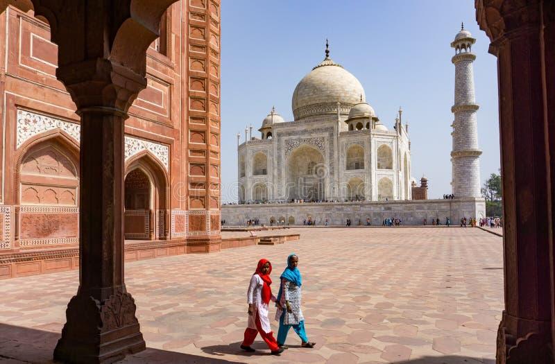 Zwei indische Frauen bei Taj Mahal stockfoto