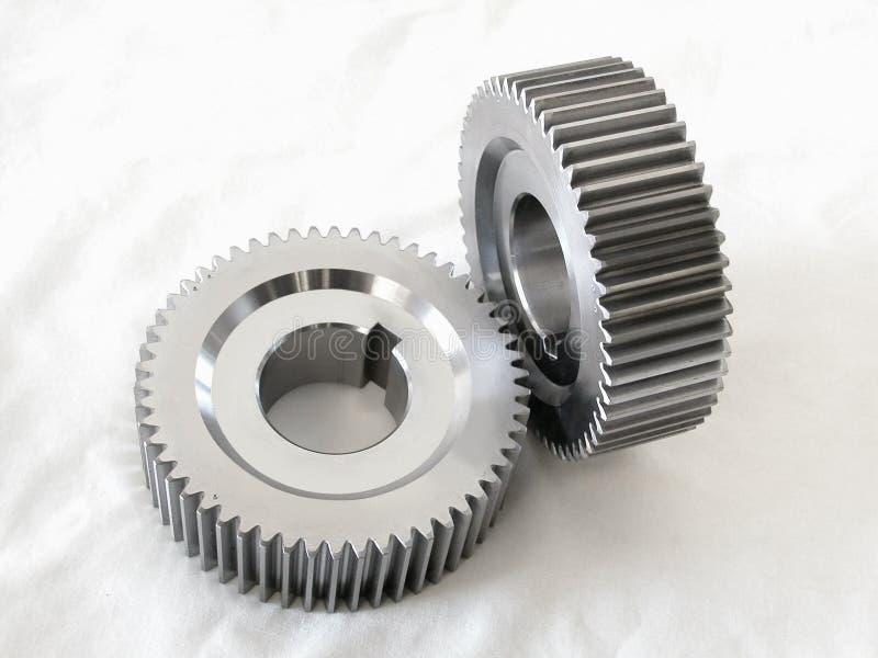 Zwei industrielle Stahlmaschinengänge auf einem weißen Stoff stockfoto