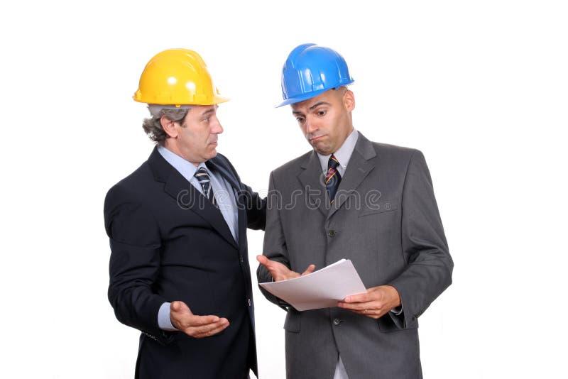 Zwei Ingenieure oder Architekten, behandelnd lizenzfreie stockfotos