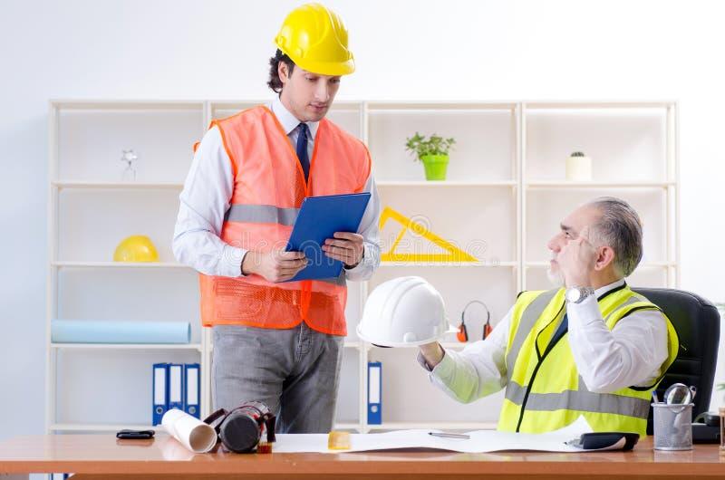Zwei Ingenieurkollegen, die unter Projekt arbeiten stockfotos