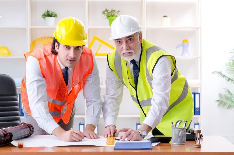 Zwei Ingenieurkollegen, die unter Projekt arbeiten lizenzfreies stockfoto