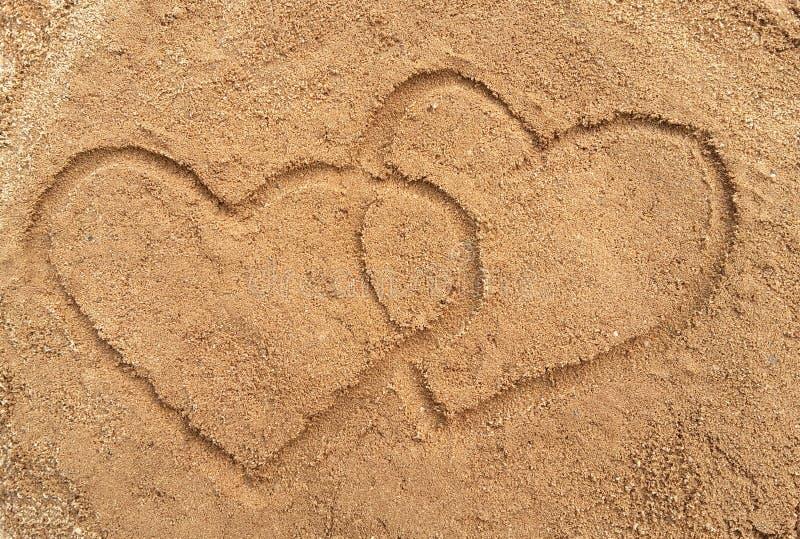 Zwei Innere gezeichnet in den Sand stockfotos