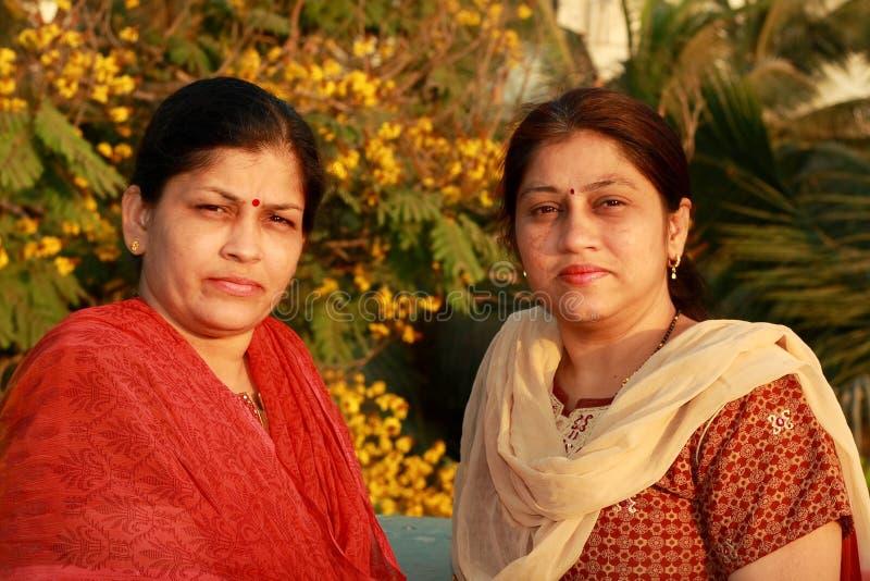 Zwei intelligente indische Hausfrauen lizenzfreies stockfoto