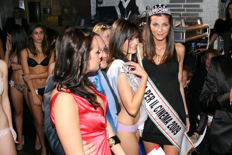 Zwei italienische Mädchenmodelle, die in einem berühmten Schönheitswettbewerb lächeln stockbild