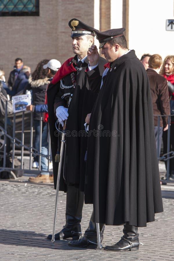 Zwei italienische Polizisten (Carabinieri) in der vollen Uniform lizenzfreies stockbild