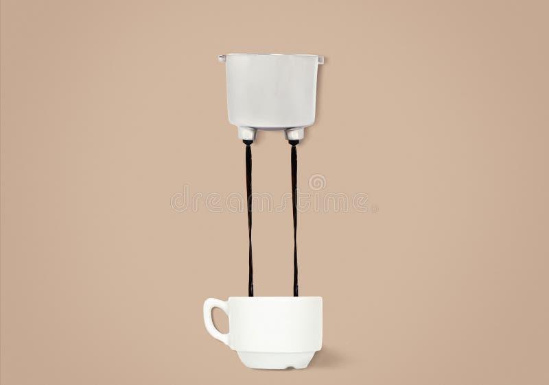 Zwei Jets Kaffee gießen aus der Gruppe von Griffen in eine Schale für Kaffee lizenzfreies stockbild