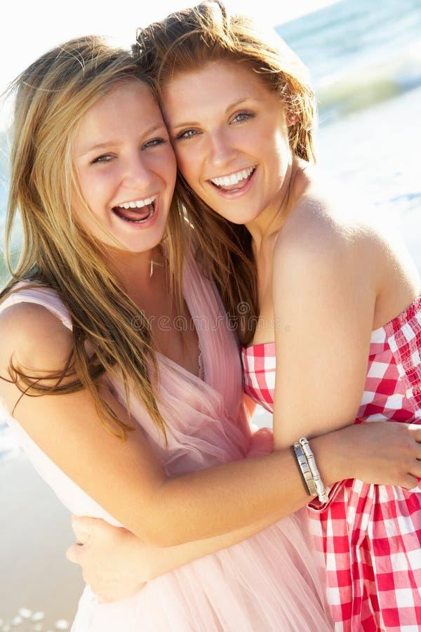Zwei Jugendlichen, die zusammen Strand-Feiertag genießen lizenzfreies stockbild