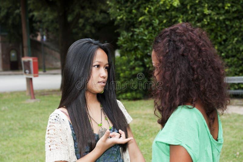 Zwei Jugendlichen am Park lizenzfreies stockfoto