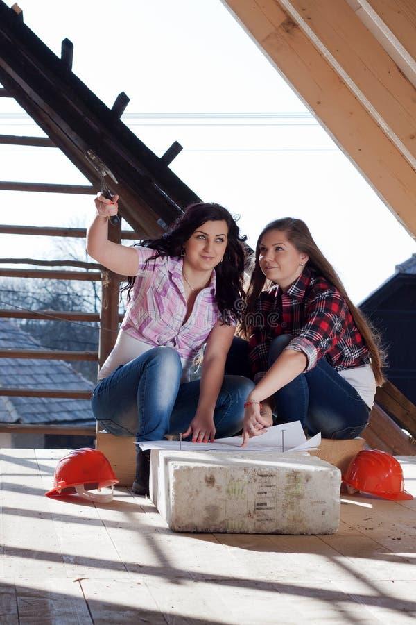 Zwei junge Arbeitnehmerinnen auf dem Dach stockfotografie