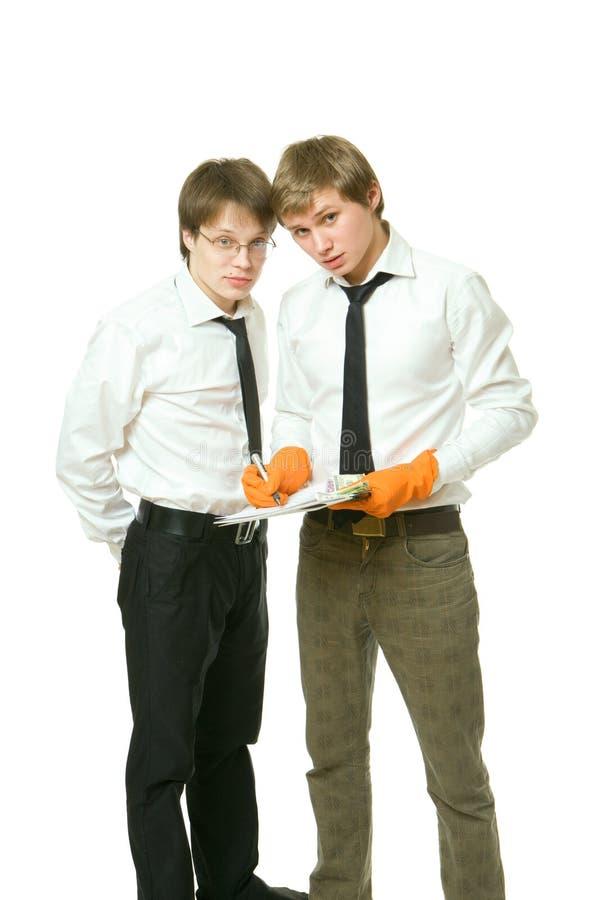 Zwei junge Büroangestellte behandeln ein Dokument lizenzfreies stockbild