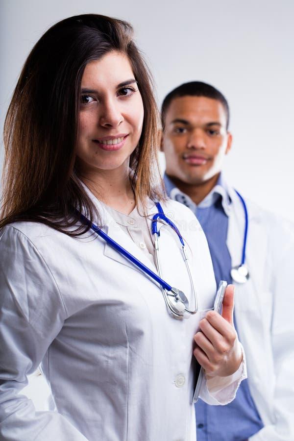 Zwei junge Doktoren lizenzfreie stockbilder