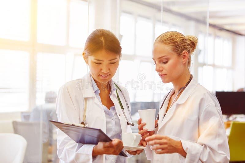 Zwei junge Frauen als Doktoren stockfoto