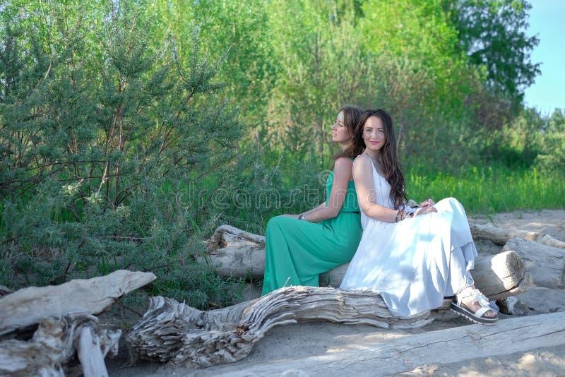 Zwei junge Frauen im Park stockfoto