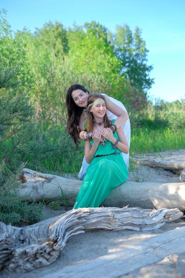 Zwei junge Frauen im Park lizenzfreies stockfoto