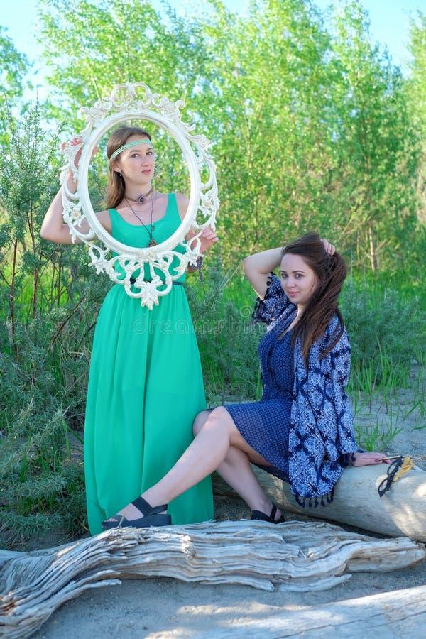 Zwei junge Frauen im Park lizenzfreies stockbild
