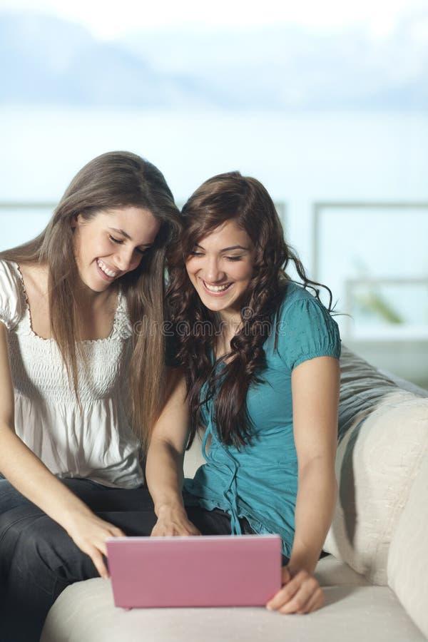 Zwei junge Frauen mit Computer lizenzfreies stockfoto