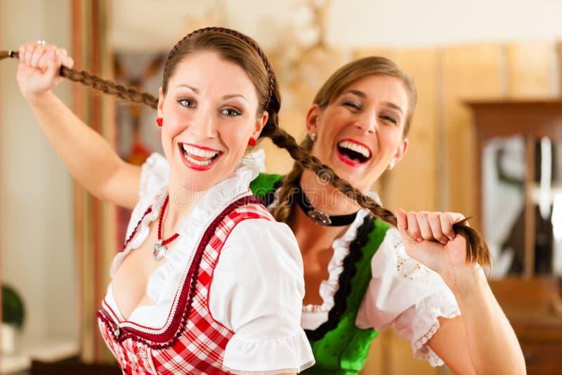 Zwei junge Frauen in traditionellem bayerischem Tracht stockfoto
