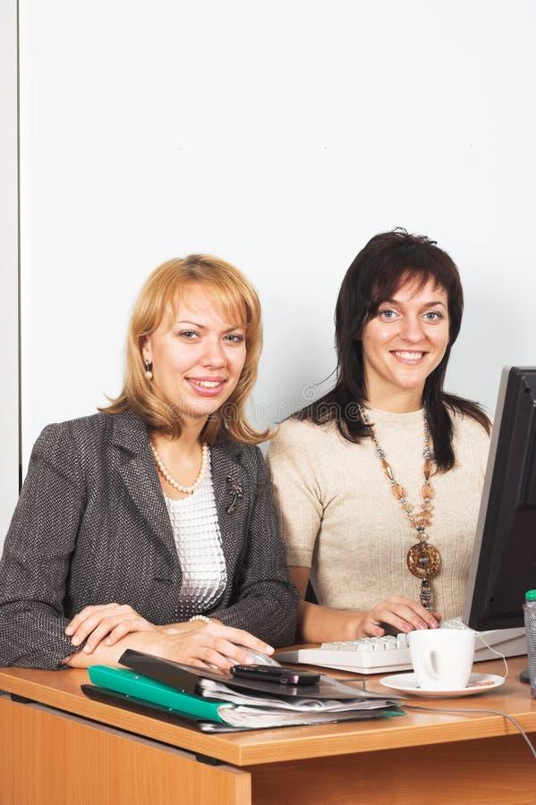 Zwei junge Geschäftsfrauen lizenzfreies stockbild
