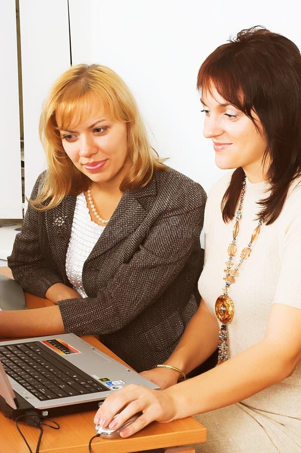 Zwei junge Geschäftsfrauen stockfotografie