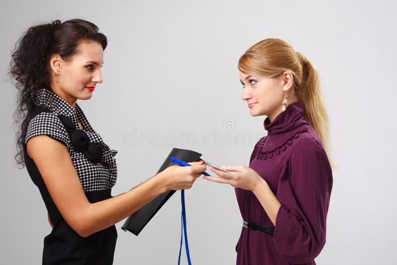 Zwei junge Geschäftsfrauen lizenzfreies stockfoto