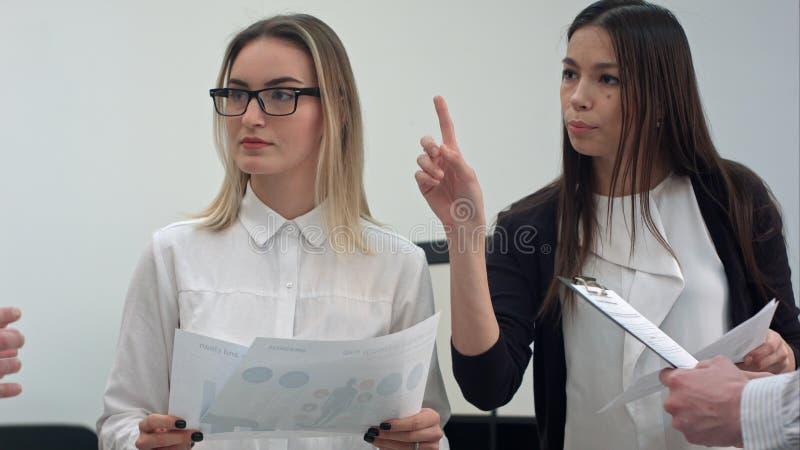 Zwei junge Geschäftsfrauen bei der Sitzung im Büro lizenzfreie stockbilder