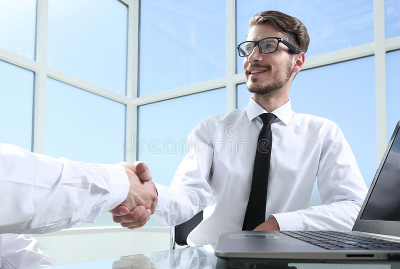 Zwei junge Geschäftsmänner, die Hände rütteln lizenzfreies stockbild