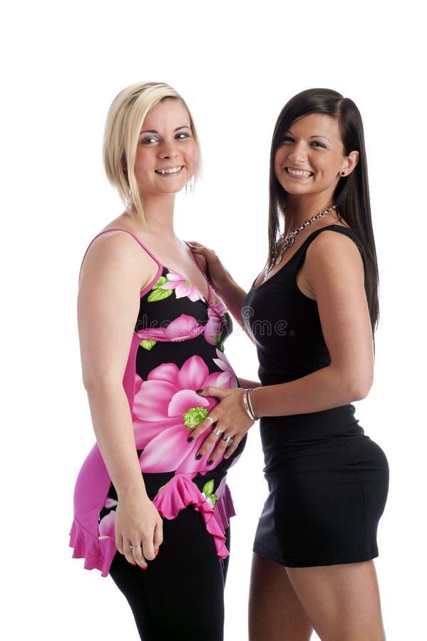 Zwei junge glückliche Frauen, eine schwanger lizenzfreie stockfotos