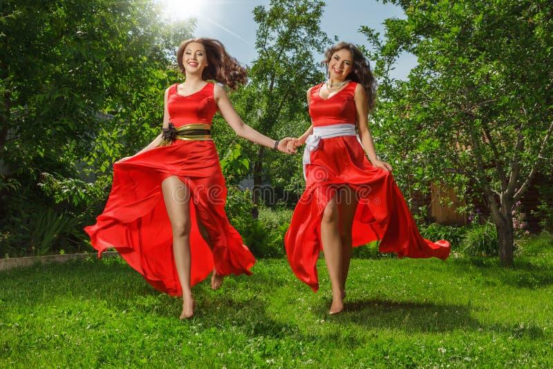 Zwei junge glückliche Schönheiten lizenzfreie stockfotografie