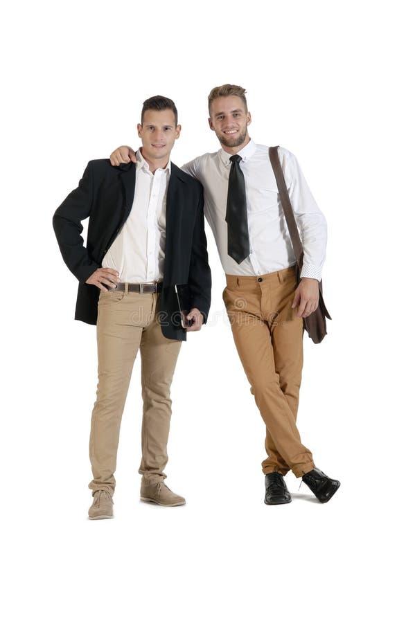 Zwei junge hübsche Geschäftsmänner, die zusammen stehen stockbilder