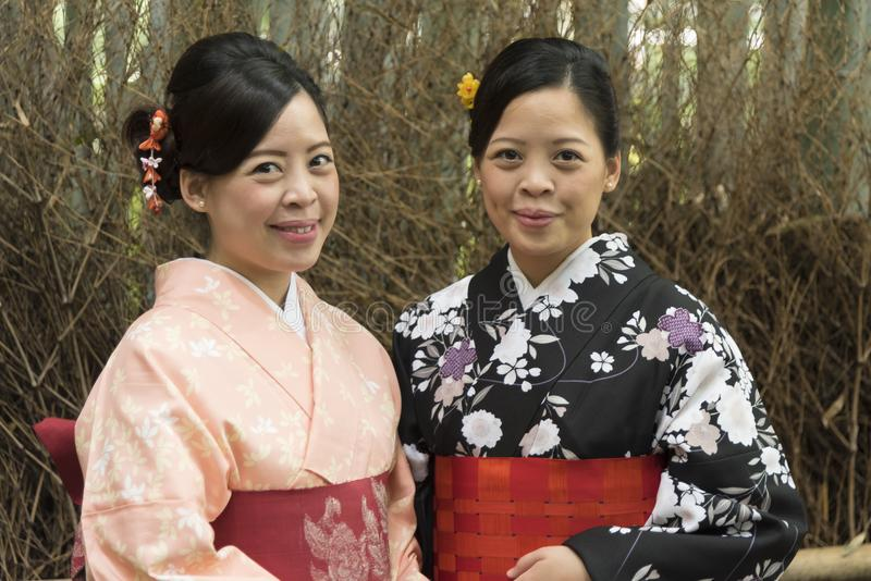 Zwei junge japanische Frauen, die im Kimono aufwerfen stockbild