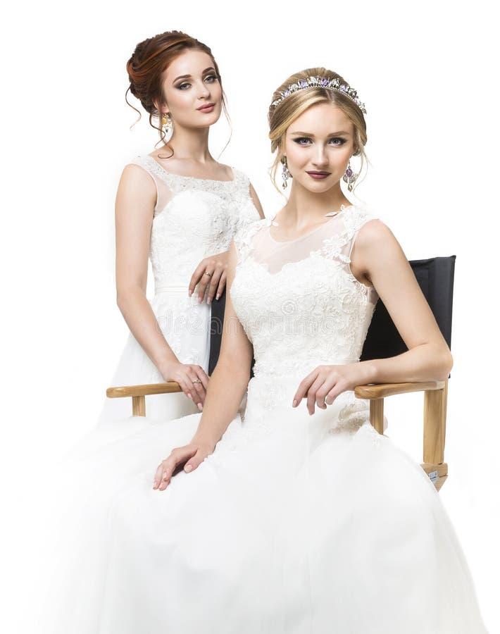 Zwei junge kaukasische hübsche Bräute im Studio stockfotos