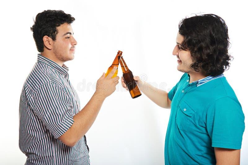 Zwei junge Kerle mit Bier lizenzfreie stockfotografie